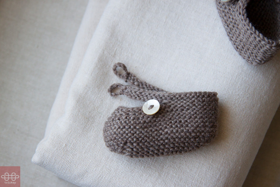 Tricksy Knitter: button on Saartje's baby bootees