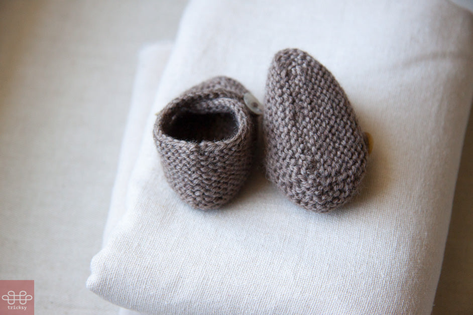 Tricksy Knitter: Seams on knit baby bootees.
