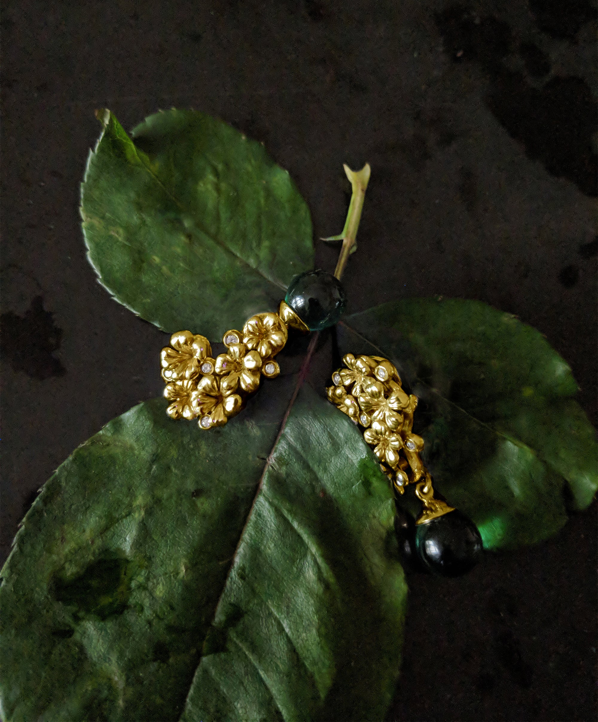 Plum flowers earrings with diamonds and green quartz in 18 Karat yellow gold
