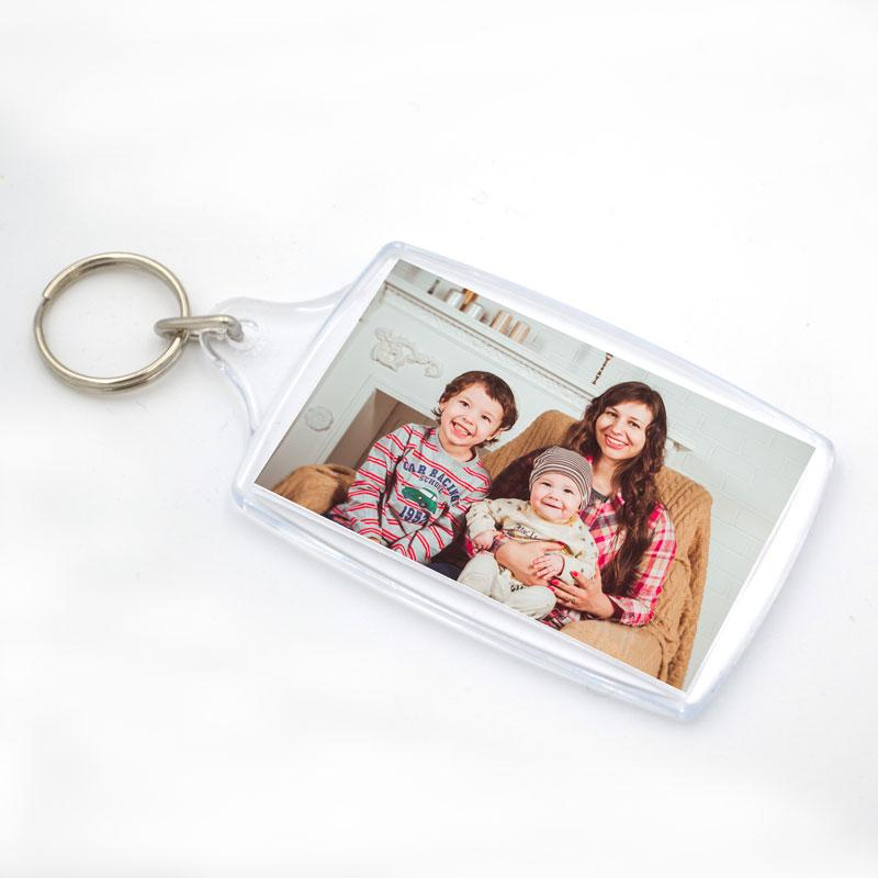 A plastic photo keyring with a photo of a mum and her children framed in it