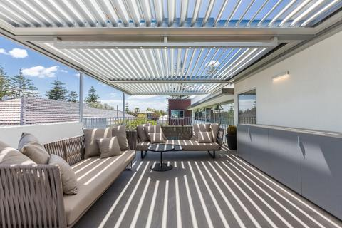 Deck with Louvretec's opening roof