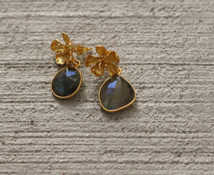 FLORAL BADGE 18K GOLD PLATED GREEN CHALCEDONY / LABRADORITE / BLUE CHALCEDONY