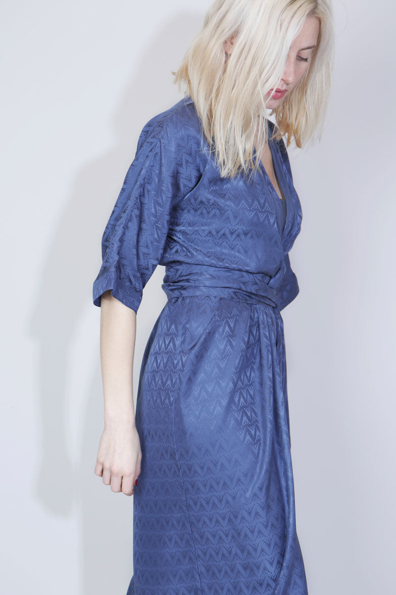 SUE REEDITION - VANESS LOGO Robe Portefeuille Kimono Long en Soie Jacquard Allover Logo Bleu Sue