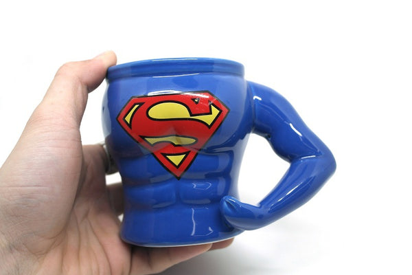 mug superman dans la main