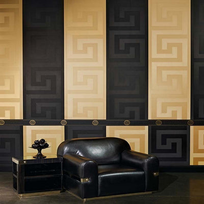 "VERSACE - GREEK KEY IN BLACK'Versace' Designer Black satin feel wallpaper Motif Wallpaper!Clear, straightforward meander (""Greek Key"") at Versace embody the masculine principle. In large format, the restrained tone-on-tone patterns of satin wallpapers unfold in shades of gold, silver, jet black and cream is a great, extravagant expression.Width 70cm x Length 10m"
