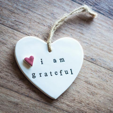 """White wooden heart with engraved text """"I am grateful"""""""