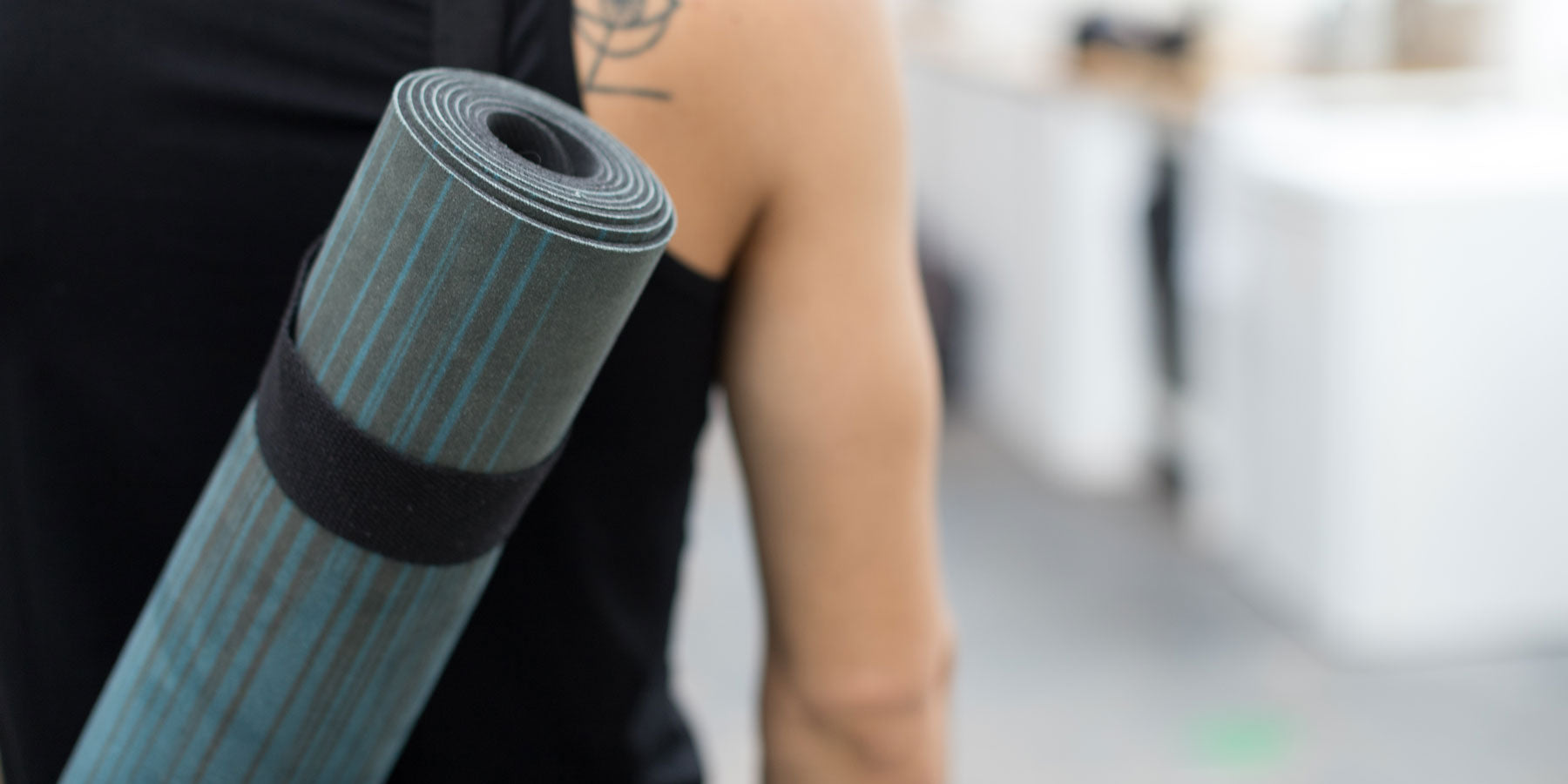 The best microfiber Alignment yoga mat by Zenagoy, Ocean blue color.
