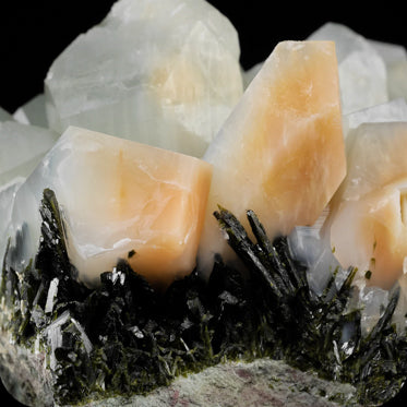 AMPHIBOLE IN QUARTZ