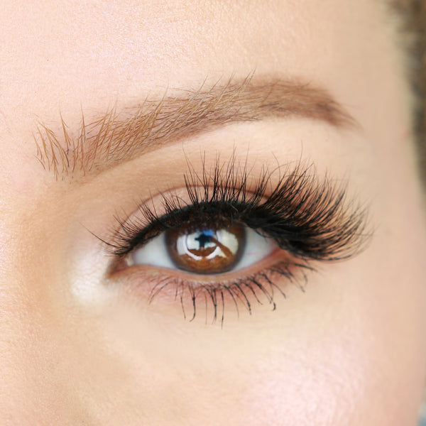 Moody magnetic lash is gently lifted at the outside corners for a cat eye eyelash.