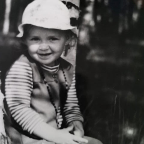 Marta Chojnacka as a child, smiling at the camera, in a black and white image.