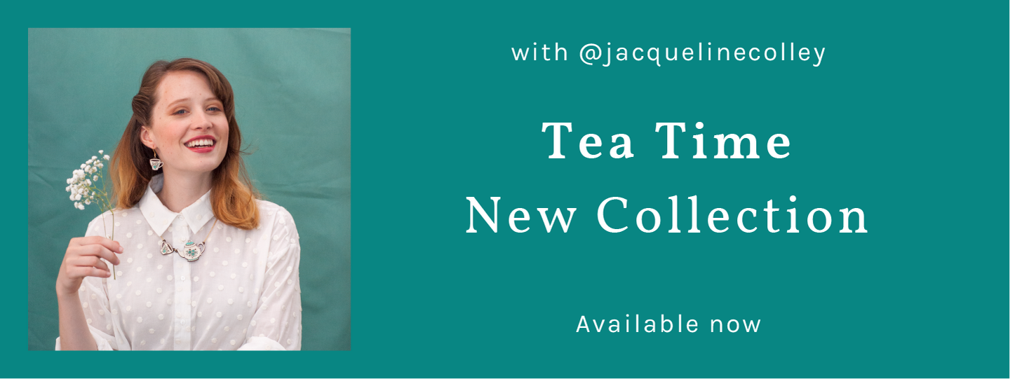 Button that takes you to the Tea Time collection. Title that explains the current availability of the jewels. Green background with a model wearing the TEA TIME necklace, a teapot serving tea to a Chinese ceramic cup.
