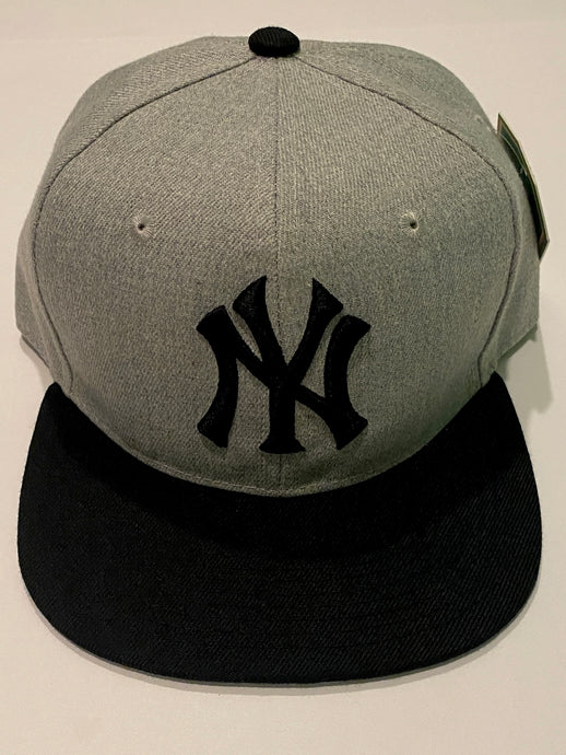 NEW YORK YANKEES GREY & BLACK SNAP BACK BASEBALL HAT