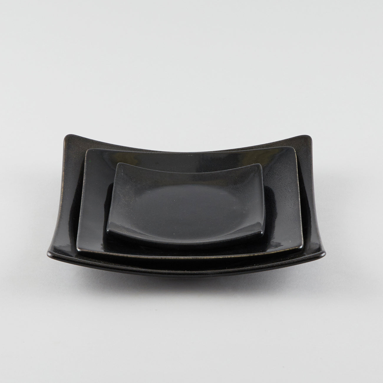 Full-Moon Sq. Plate with Raised Corners - Black (M)