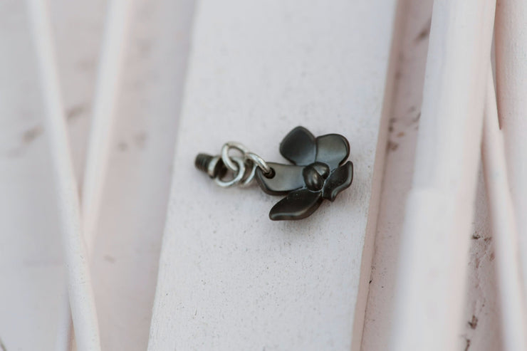 BLACK SILVER FLOWER HANGING 10MM