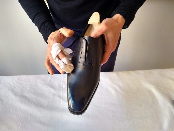 shoe polishing tips applying shoe cream