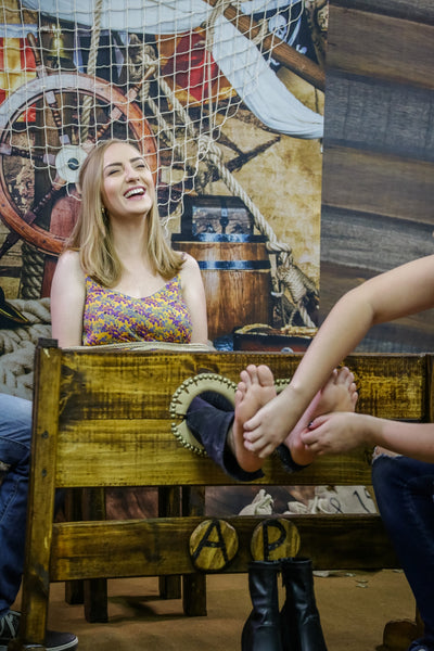 Tickling feet (blonde challenge) - Program 08 (Alessandra and Nicoly)