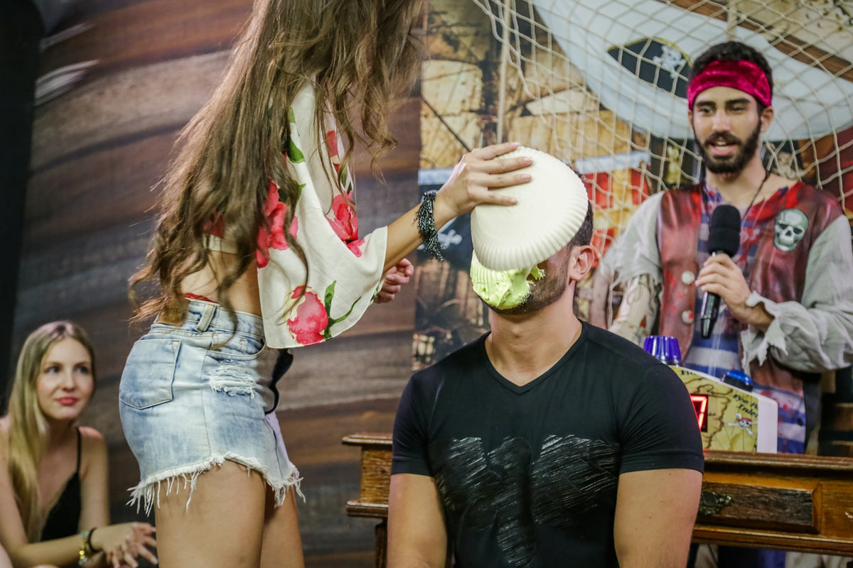 Guy take pies in the face from a sexy girl – Andando na Prancha (Walking the Plank)