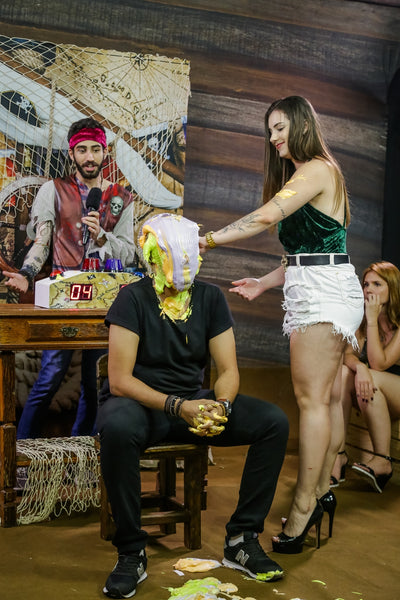Man is humiliated with several pies in the face by sexy girl - Guy pied by girl (Richard vs Andreza) - Program 11