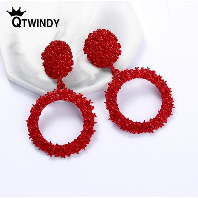 QTWINDY Gold Drop Earrings for Women Statement Big Geometric Metal Earring Women's Hanging Earrings 2019 Modern Jewelry