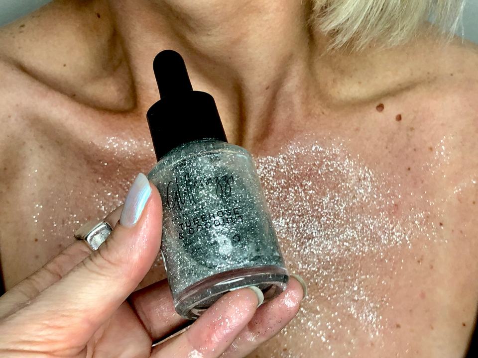 collections/Liquid_Shimmer_Silver_Coconut_Body_Oil_with_Tuberose_Glitterazzi_BioGlitter__decolletage.png