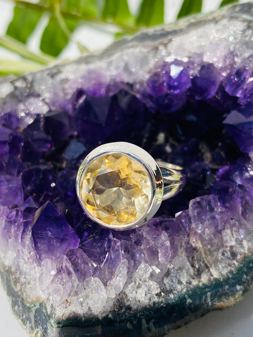 Citrine circular faceted ring with split band s.7