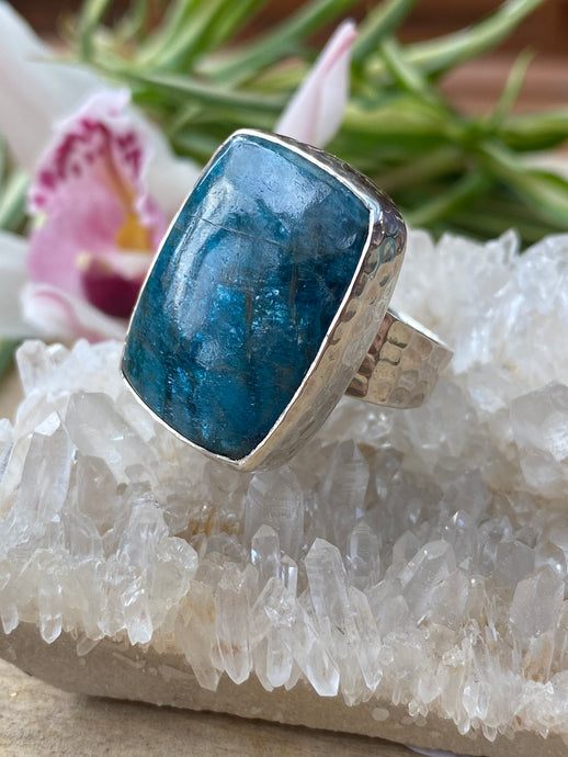 Blue Apatite rectangle cabochon ring with beaten silver setting and band s.8.5