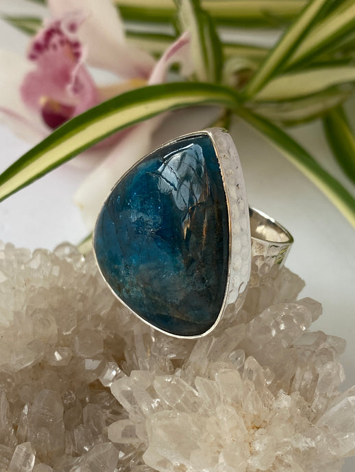 Blue Apatite teardrop cabochon ring with beaten silver setting and split band s.10