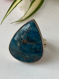 Blue Apatite teardrop cabochon ring with beaten silver setting and band s.9.75