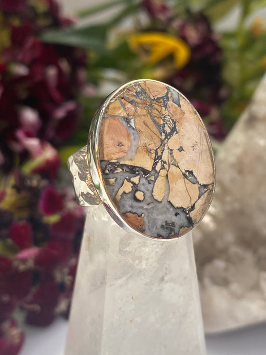 Maligano jasper oval ring with beaten band s7