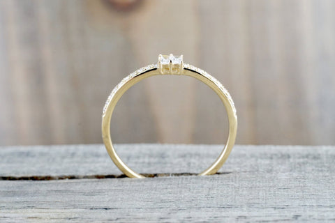 14kt Yellow Gold Round Brilliant And Baguette Cut Diamond Ring