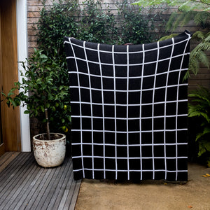 Grid Throw in Dark