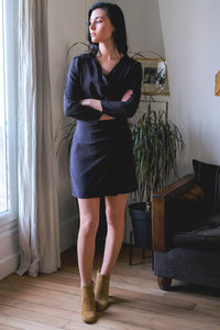 svetlana k dress athenes robe chic parisien look effortless raffine naturel parisienne bleu nuit face