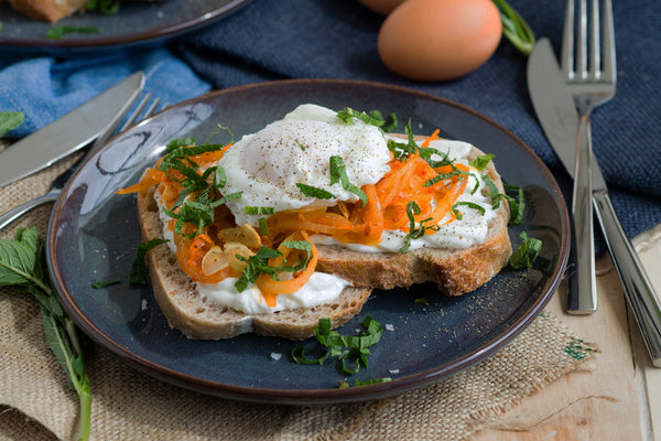 Brunching with Bedfolk | Harissa onion and poached egg toast