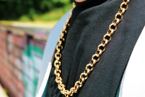 A close up of a chain