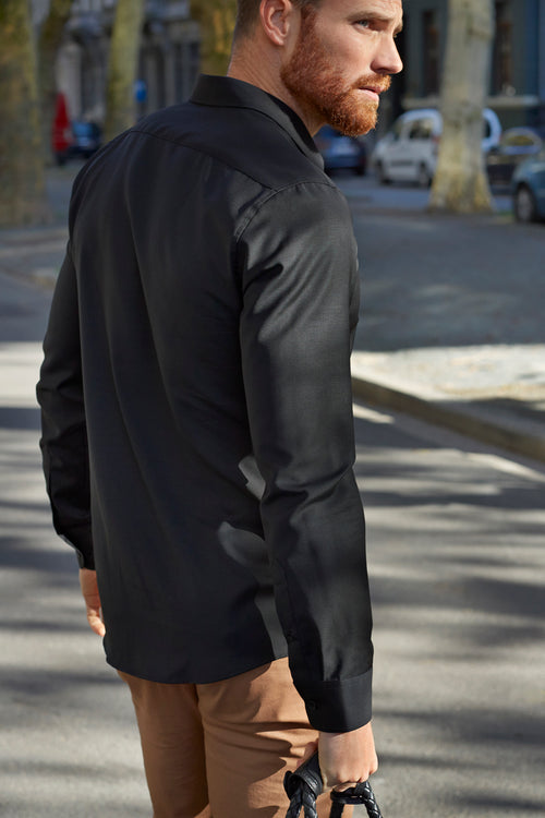 Wolk - sideview of man wearing merino wol shirt in black color