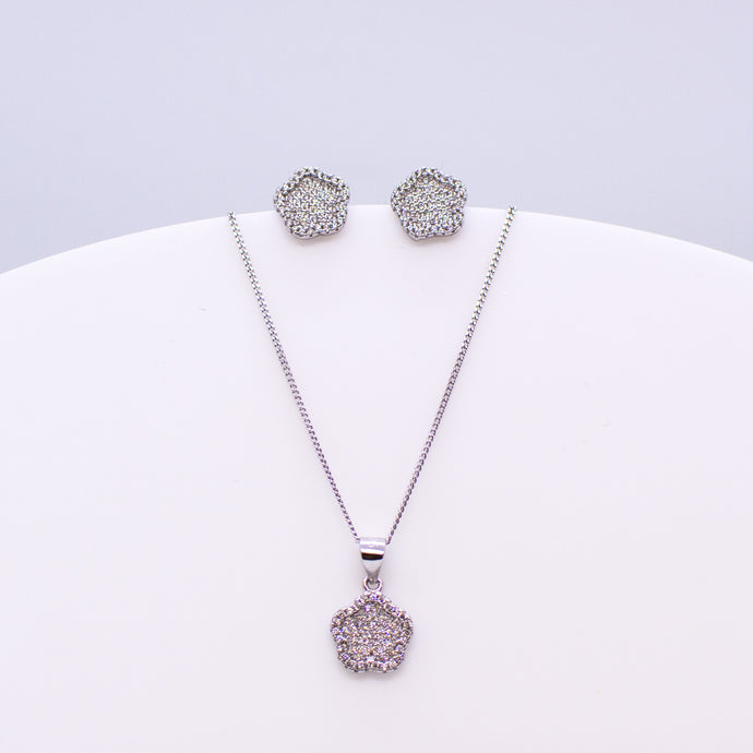 These sterling silver floral stud earrings set with glittering cubic zirconia stones accompanied by the matching necklace are the perfect addition to any outfit. Product details: Product materials: 925 sterling silver, cubic zirconia Chain length: 44cm inch fine diamond cut curb chain
