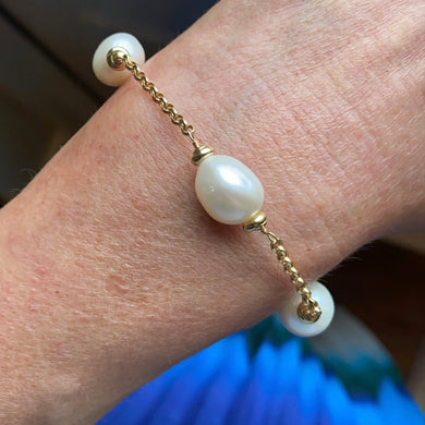 18ct Gold Cultured Freshwater Pearl and Chain Bracelet Pearl dimensions: 10mm x 12mm approximately Diamond cut 2mm gauge solid trace chain 19cm long 18ct yellow gold This item can be ordered in a variety of lengths.  Please contact us for custom requirements.
