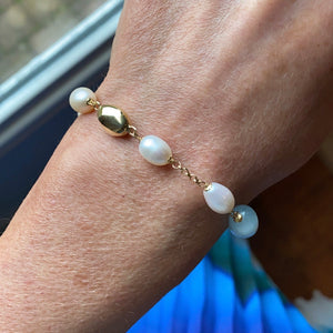 18ct Gold Silky Aquamarine and Cultured Freshwater Pearl Chain Bracelet Pearl dimensions: 10mm x 8mm approximately Silky Aquamarine dimensions: 12mm x 10mm approximately 19cm long 18ct yellow gold This item can be ordered in a variety of lengths.  Please contact us for custom requirements.