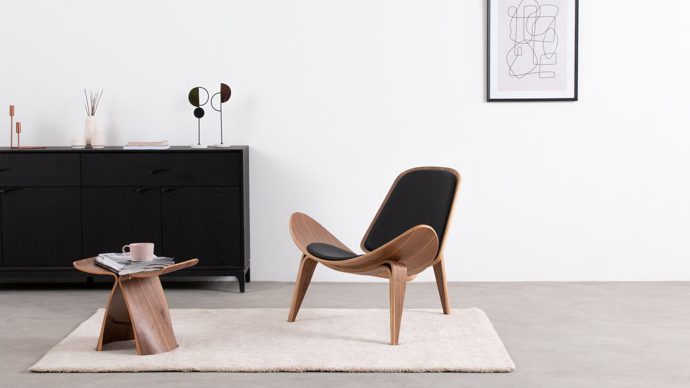 A unique design ahead of its time|The CH07 Shell Lounge Chair combines contemporary elements with a futuristic aesthetic. A trio of sleek, hardwearing legs serve as a base for the seemingly weightless, curved seat.