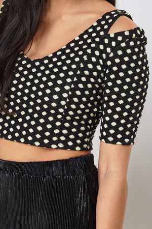 Crop top hombros cut out - MiTiendaSecreta