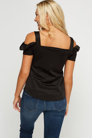 Top cold shoulder con volante - MiTiendaSecreta