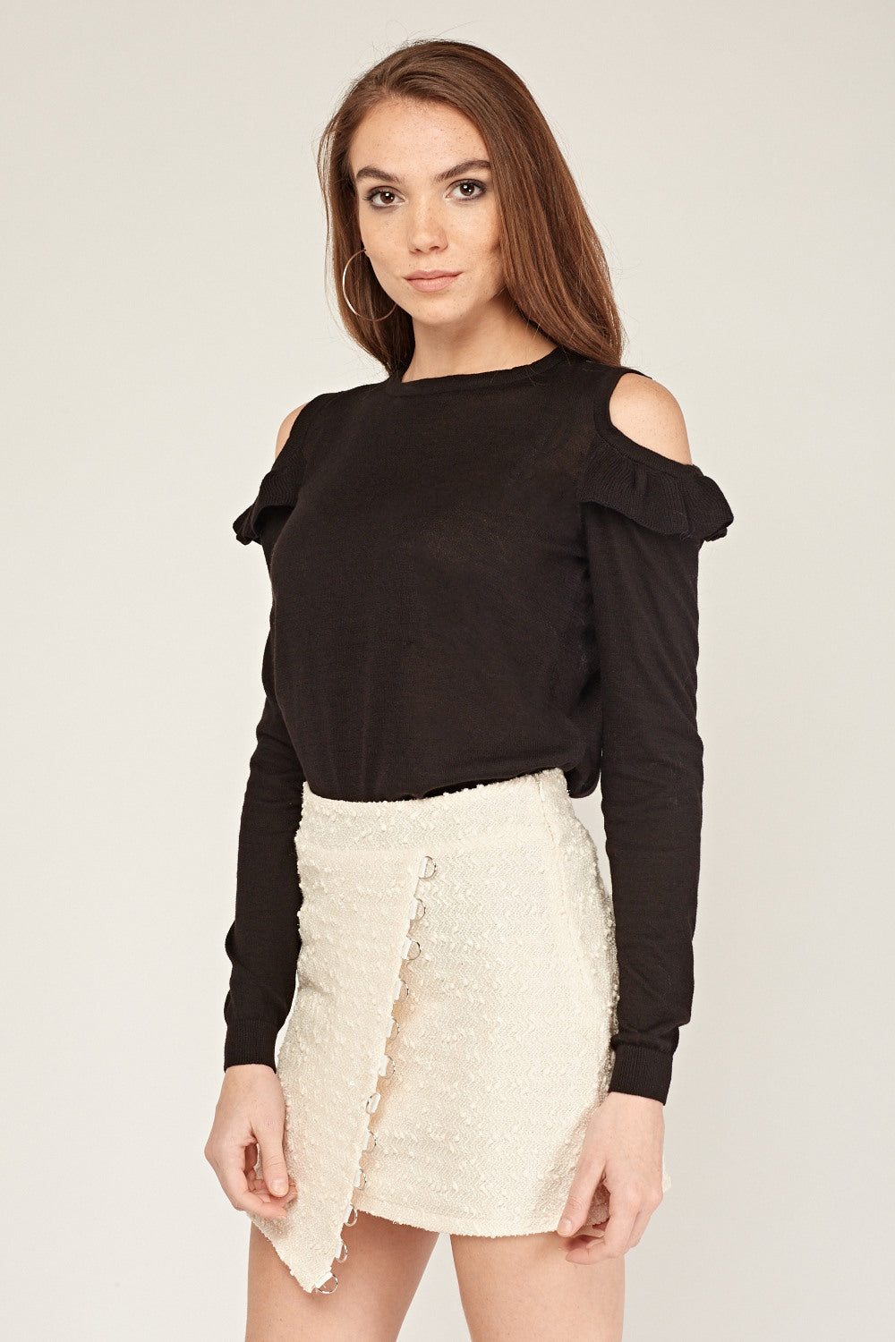 Top de punto cold shoulder volantito