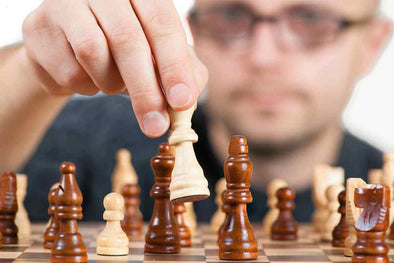 Man playing chess representing mental toughness in golf
