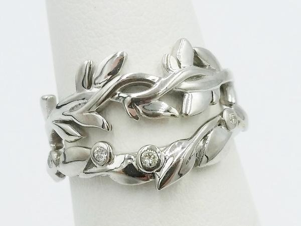 wedding rings duo with leaves