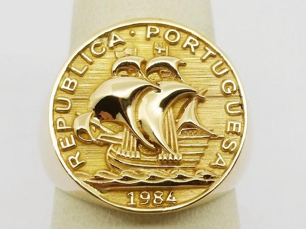 view of the gold coin design on the ring