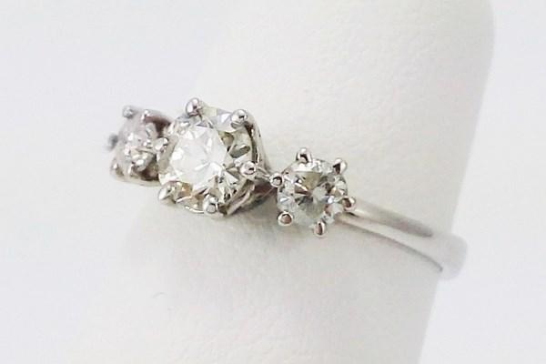 Engagement ring trilogy diamond white gold