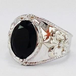 white gold signet ring wit onyx