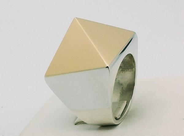 Pyramid ring gold and silver