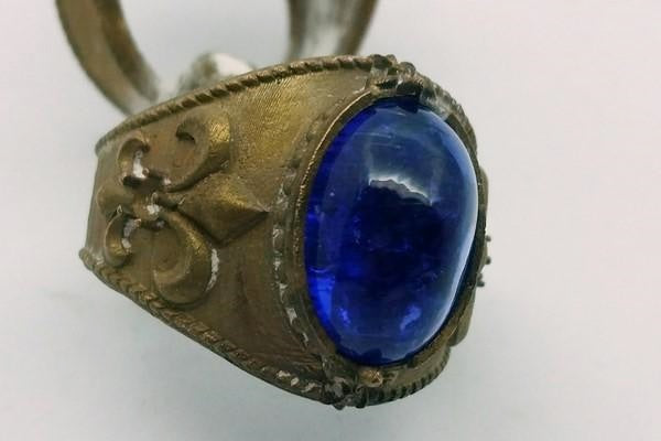 blank setting of the tanzanite stone on the rough gold ring
