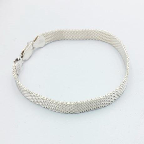 Flexible bracelet for women with flat mesh